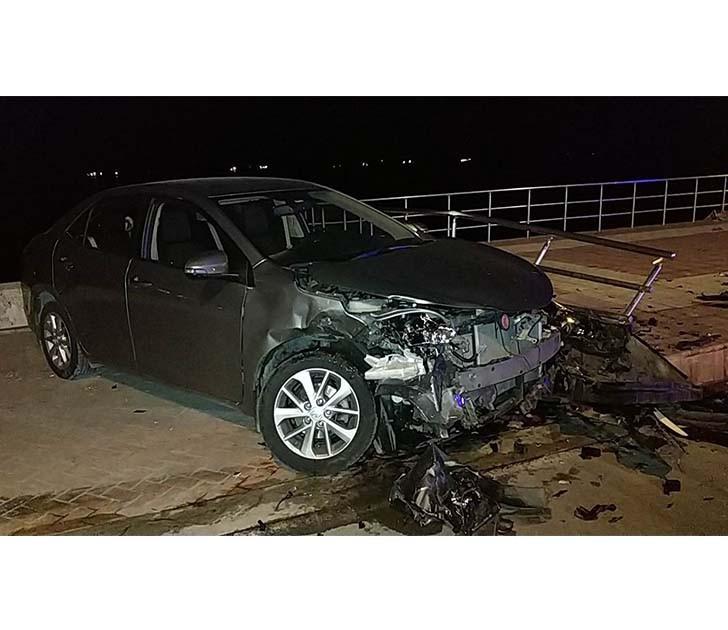 Otomobil denize uçmaktan son anda kurtuldu: 2 yaralı