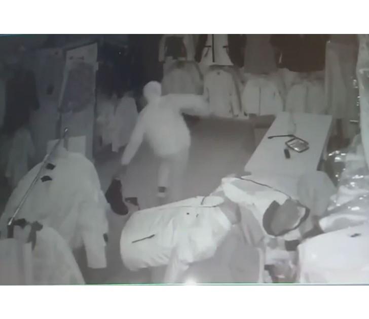 Giysi hırsızı güvenlik kamerasına yakalandı